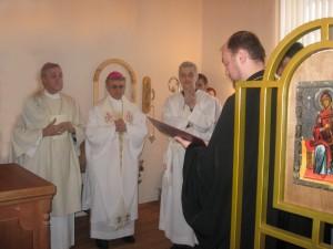 Делегация от епископа Кемеровского и Новокузнецкого Аристарха передает в дар монастырю мощи св. Мартирия