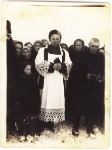 Фотография из архива семьи Буос. Священник Александр Бень в окружении католиков г. Прокопьевска. 1959 г.