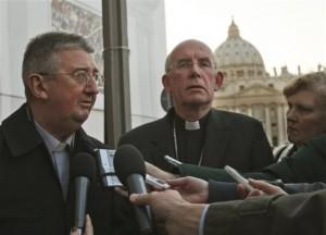 Журналисты берут интервью у  председателя Конференции епископов Ирландии кардинала Шона Бэптиста Брэди (в центре)  и архиепископа Дублина Дирмида Мартина (слева)