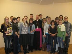 Архиепископ Антонио Меннини с челябинскими студентами-религиоведами