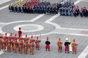 Швейцарские гвардейцы и итальянские военные на площади св. Петра