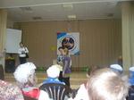 Настя Пасевина получает диплом за победу в эстафете