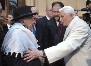 Бенедикт XVI с Элио Тоаффом, главным раввином Рима на покое, принимавшем Иоанна Павла II во время его визита в римскую синагогу в 1986 году