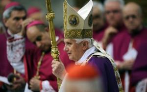 Бенедикт XVI перед началом Мессы в ознаменование пятой годовщины кончины Иоанна Павла II
