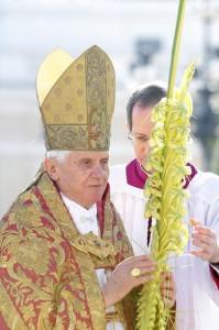 Бенедикт XVI во время богослужения Пальмового Воскресенья
