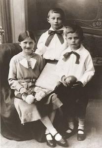 Йозеф Ратцингер (справа), его сестра Мария и брат Георг