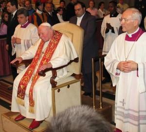 Иоанн Павел II. По правую руку от него - о. Конрад Краевский, по левую - архиеп. Пьеро Марини.