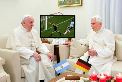 Francis and Benedict XVI are watching the World Cup's final