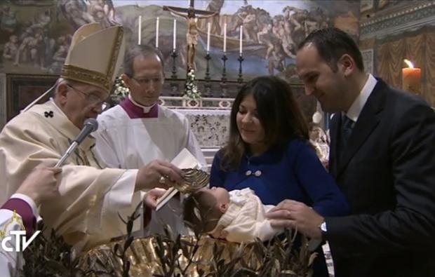 В праздник Крещения Господня в Сикстинской капелле Папа Франциск крестил 33 младенца