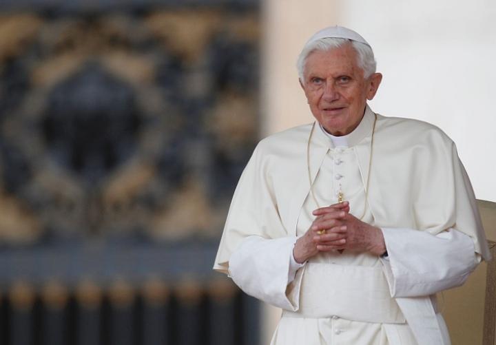 Спустя два года после ухода с Престола Святого Петра Бенедикт XVI ведет монашескую жизнь и играет на фортепиано