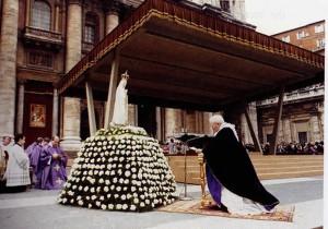"""Папа Иоанн Павел II перед фигурой Пресвятой Богородицы Фатимской 25 марта 1984 г. Церемония посвящения Нерочному Сердцу Марии """"народов, которые в этом нуждаются больше всего"""""""