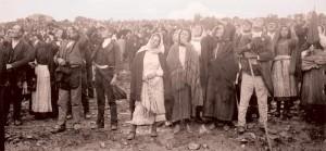 "Паломники наблюдают за ""пляской солнца"". 13 октября 1917 г."