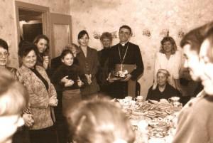 Первый визит епископа Иосифа Верта в возрожденную общину Кургана. После Мессы.