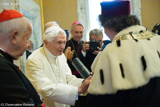 Бенедикт XVI получил почетный докторат двух университетов