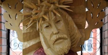 В День памяти жертв тоталитаризма в Новосибирске освящена деревянная скульптура Скорбящего Спасителя
