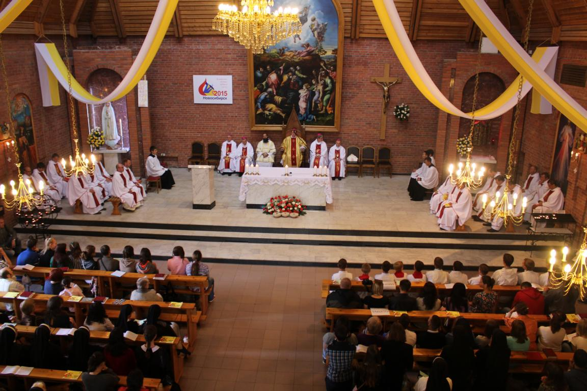 Празднованием годовщины освящения Кафедрального собора Преображения Господня завершилась в Новосибирске VII Всероссийская встреча молодежи