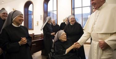 Папа Франциск посетил монахинь, подавших в суд на президента Обаму