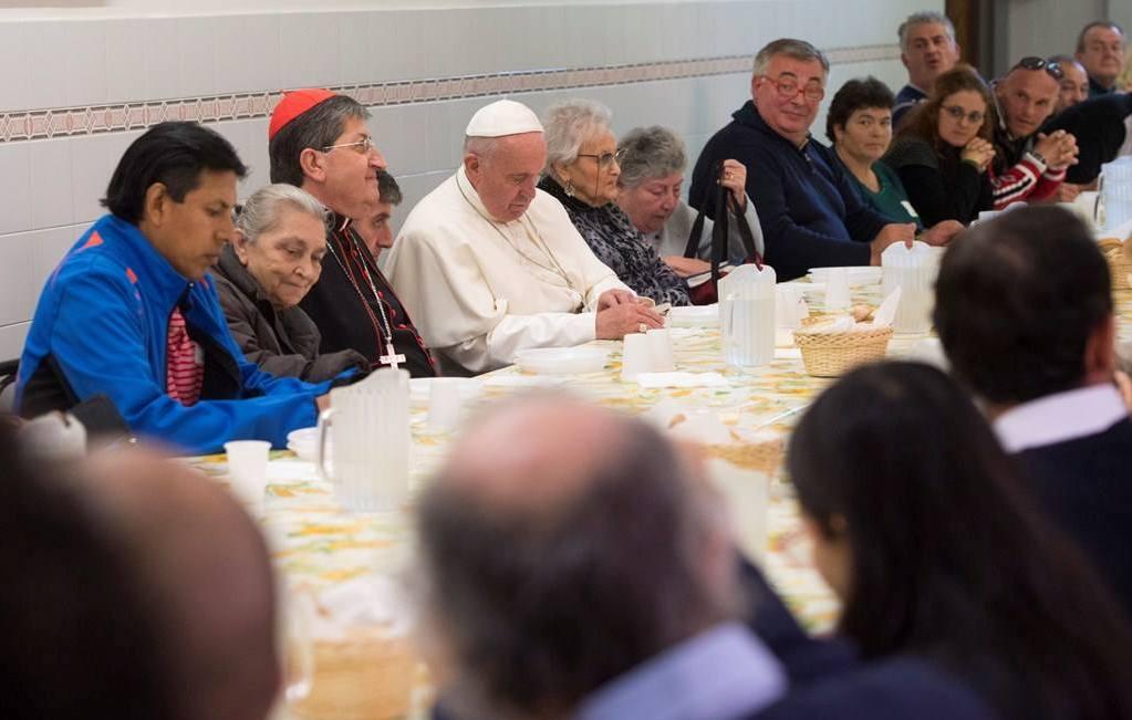 На общей аудиенции  Папа Франциск призвал возродить традиции семейной трапезы