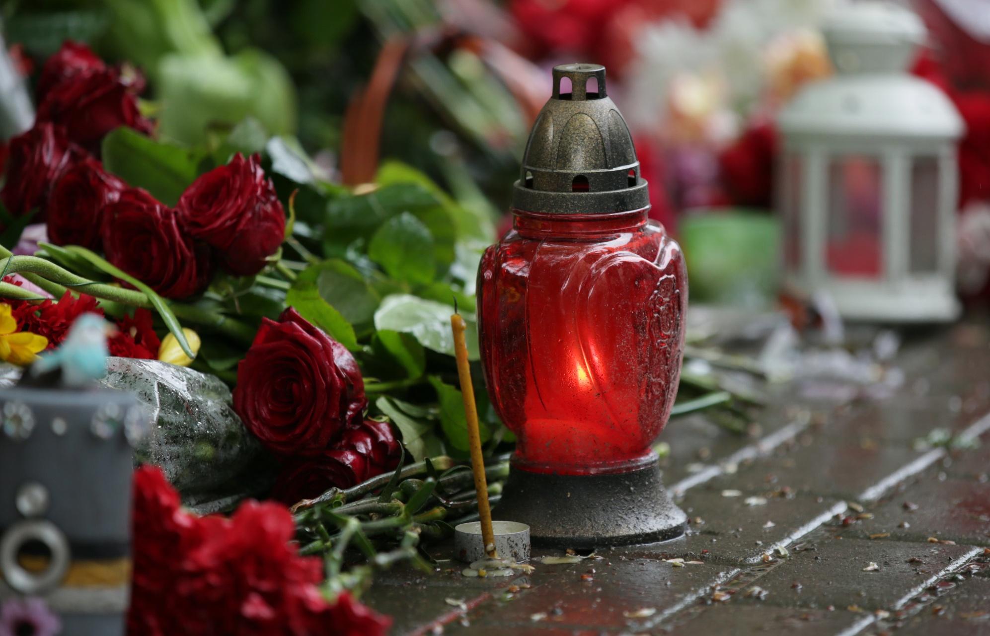 Жители городов мира несут цветы к посольствам Франции