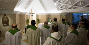 Папа: печально видеть священников и епископов, привязанных к деньгам