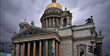 На Исаакиевский собор подняли 16-тонный колокол