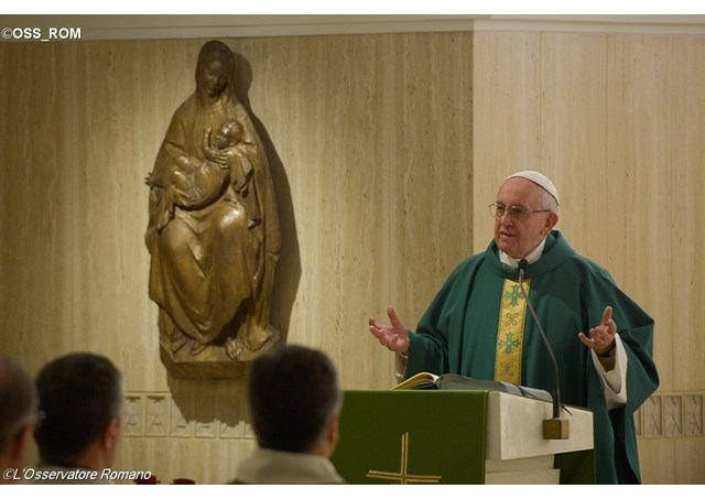 Папа Франциск на Мессе в понедельник: идеал Церкви – это нищая, преданная Богу вдова