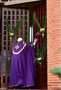 Папа Франциск открывает Святые Врата