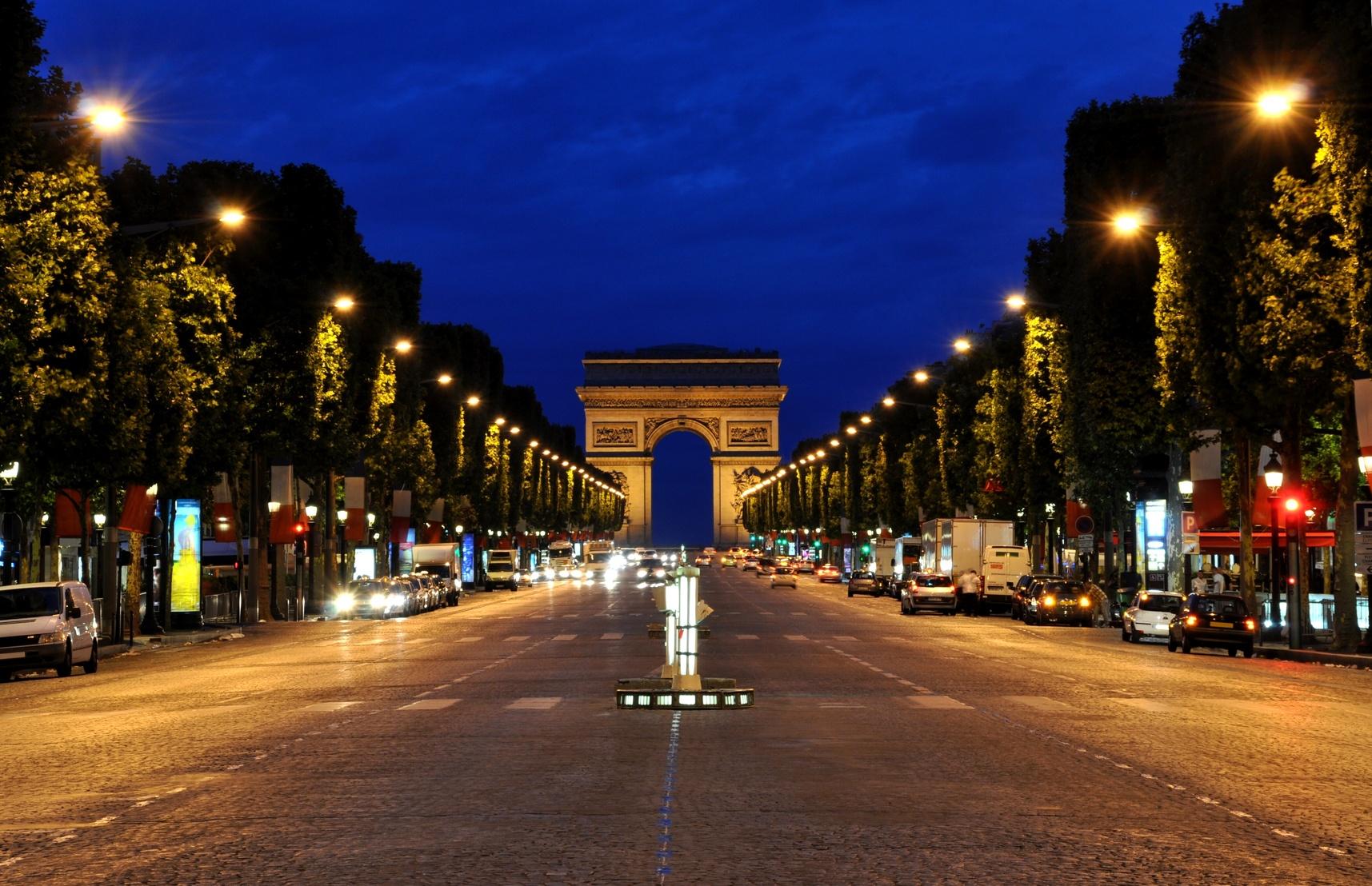 В Париже отменен праздник по случаю зажжения рождественской иллюминации на Елисейских полях