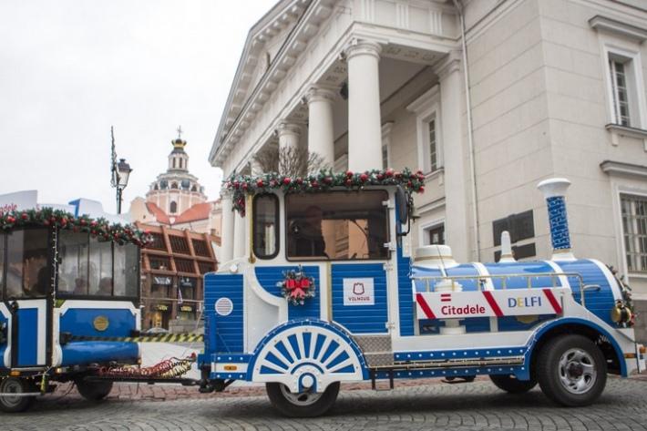 По улицам Вильнюса запустили Рождественский поезд