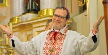 Архиепископ Клаудио Гуджеротти надел вышиванку на прощании с белорусской молодежью