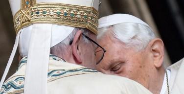 Объятия у Врат Милосердия между Папой Франциском и Папой на покое Бенедиктом