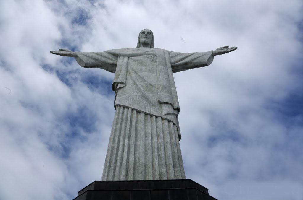 Новосибирец взобрался на 38-метровую статую Христа в Рио-де-Жанейро