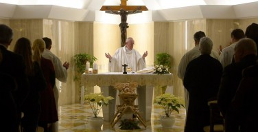 Папа: объятия Божьей любви замыкают уста обвинителям