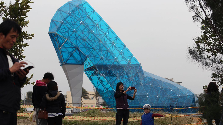 СМИ: На Тайване построили храм в виде женской туфельки