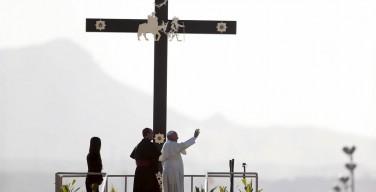 В последний день своего визита в Мексику Папа Франциск встретился на границе с США с тружениками и заключенными