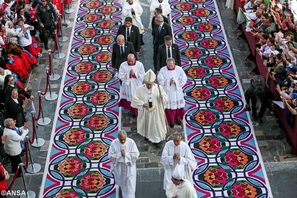 В Мехико более 200 тысяч человек вышли приветствовать Папу Франциска