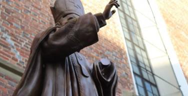 На Украине неизвестные попытались распилить памятник Папе Римскому