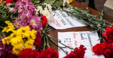 Люди несут цветы в память о погибших пассажирах «Боинга»