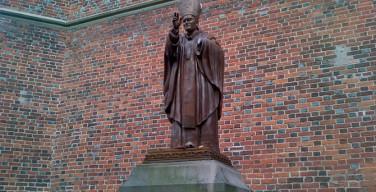 Польша направила ноту в МИД Украины из-за осквернения памятника Папе Римскому
