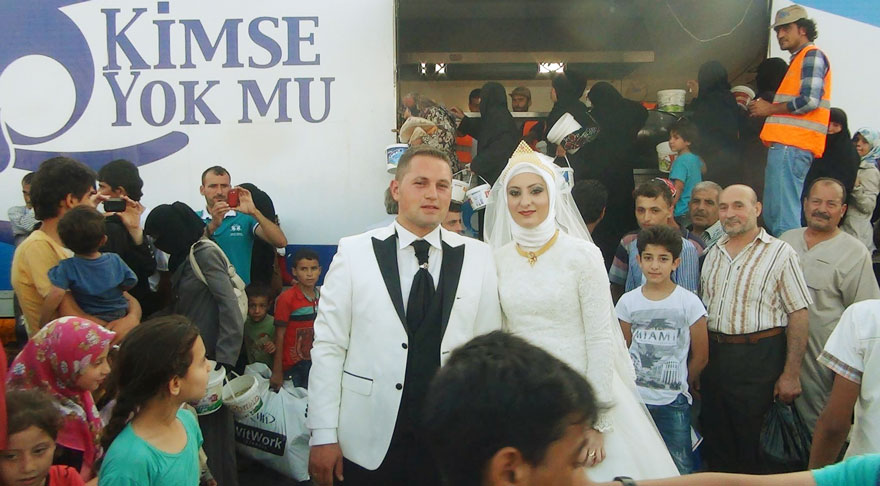 Молодожены из Турции вместо свадебного застолья накормили 4000 беженцев