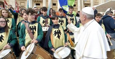 Во время общей аудиенции в Ватикане 16 марта 2016 года (фото)