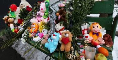 Москвичи несут цветы к метро «Октябрьское Поле» в память об убитой девочке