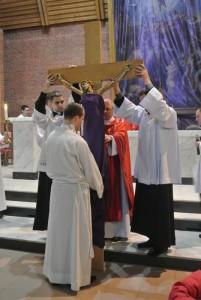 Обряд почитания креста в Кафедральном соборе Новосибирска