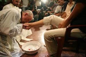 Папа Франциск совершает обряд умывания ног в Великий четверг