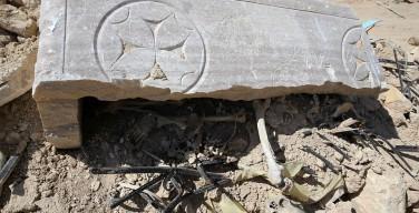 В освобожденном от ИГИЛ Эль-Карьятейне по частям собирают разбросанные мощи святого