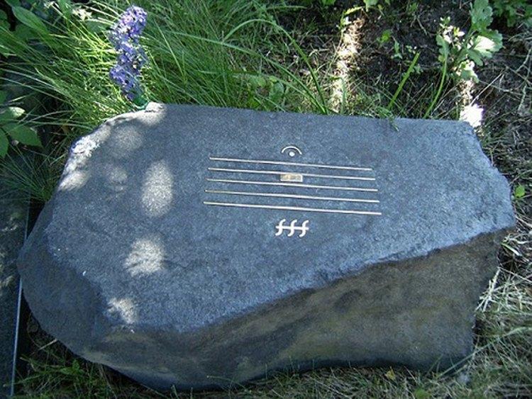 После смерти. Камень на могиле Шнитке