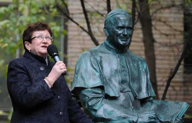 Она открыла в Москве первый и единственный в России памятник Иоанну Павлу II. Теперь там же открыли памятник ей