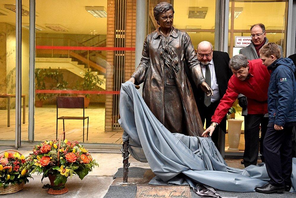 Памятник Екатерине Гениевой открыли в атриуме Библиотеки иностранной литературы