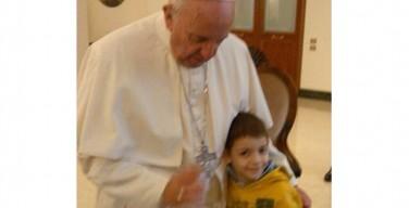 Папа встретился с больным ребёнком и его родителями