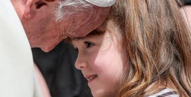 Папа встретился с пятилетней Лиззи, теряющей зрение и слух